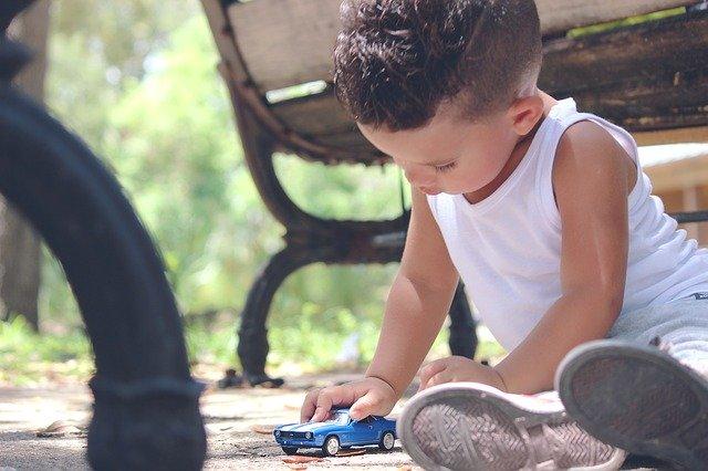 kluk s autíčkem